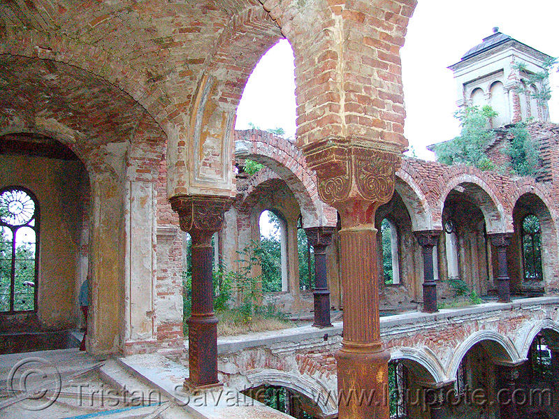 abandoned synagogue - Видин - vidin - columns - arches - vaults (bulgaria), abandoned, arches, brick, decay, ruins, synagogue, trespassing, urban exploration, vaults, vdin, vidin, българия, видин