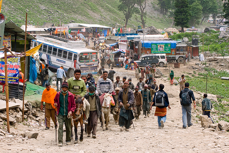 amarnath yatra (pilgrimage) - kashmir, amarnath yatra, bus, crowd, horse-riding, horseback riding, horses, kashmir, kashmiris, mountain trail, mountains, pilgrimage, pilgrims, ponies, road, trekking, yatris, अमरनाथ गुफा