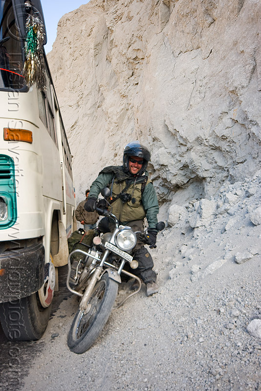 ben got struck when passing a stalled bus - nubra valley - ladakh (india), ben, bus, ladakh, motorbike touring, motorcycle touring, nubra valley, rider, riding, road, royal enfield bullet, stuck