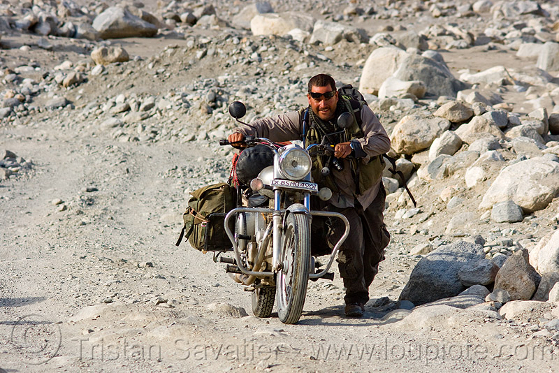 ben pushing his royal enfield motorcycle - road to pangong lake - ladakh (india), 350cc, bullet, motorbike, motorbike touring, motorcycle touring, people, royal enfield bullet