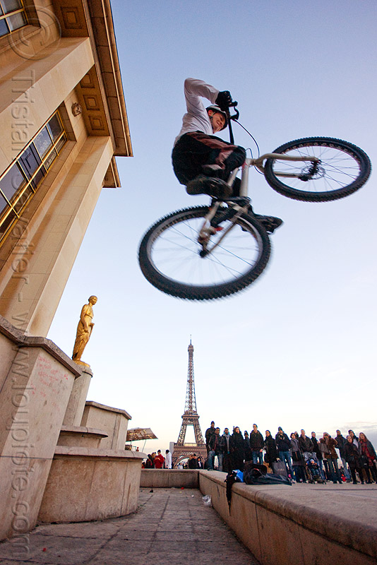 bicycle jump over the eiffel tower - trocadero (paris), airborn, bicycle, bike trials, bmx, crowd, eiffel tower, freestyle, jump, man, mountain bike, mountain biking, palais de chaillot, paris, spectators, trial bike, trocadero, trocadéro, vtt
