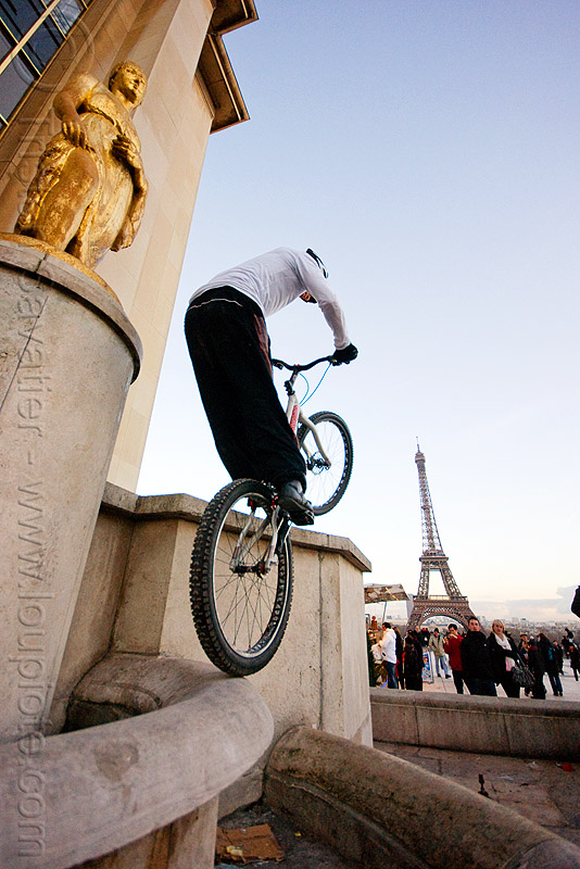 bicycle trials at the trocadero (paris), bicycle, bike trials, bmx, eiffel tower, freestyle, man, mountain bike, mountain biking, palais de chaillot, paris, trial bike, trocadero, trocadéro, vtt