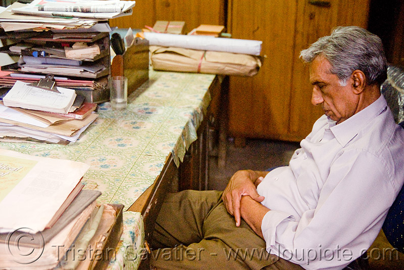 the boss is sleeping (india), boss, delhi, desk, india, jayyed press, man, napping, office, print shop, printing shop, sitting, sleeping
