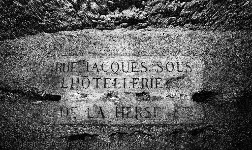 carved plate - catacombes de paris - catacombs of paris (off-limit area), cave, gallery, hostellerie de la herse, hotellerie de la herse, hôtellerie de la herse, sign, tunnel, underground quarry