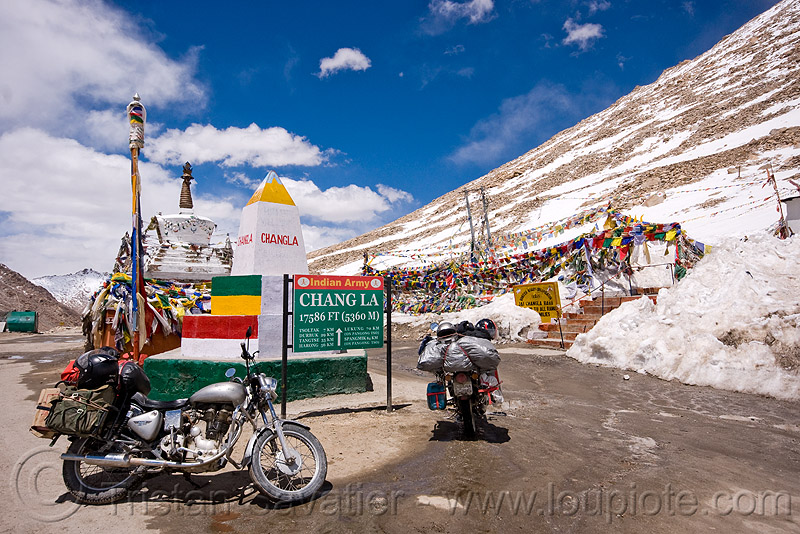 chang-la pass - ladakh (india), 350cc, chang pass, chang-la pass, ladakh, motorbike touring, motorcycle touring, mountains, road marker, royal enfield bullet