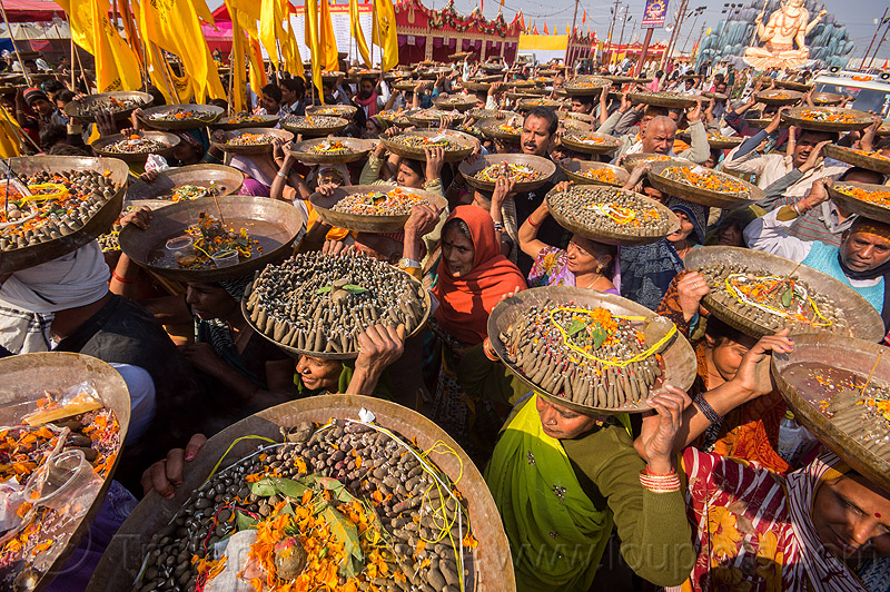 clay shiva lingam's offerings ceremony - kumbh mela (india), carrying on the head, clay, crowd, hindu ceremony, hindu pilgrimage, hinduism, india, lingams, maha kumbh mela, offerings, shiva lingam, trays, walking, yellow flags