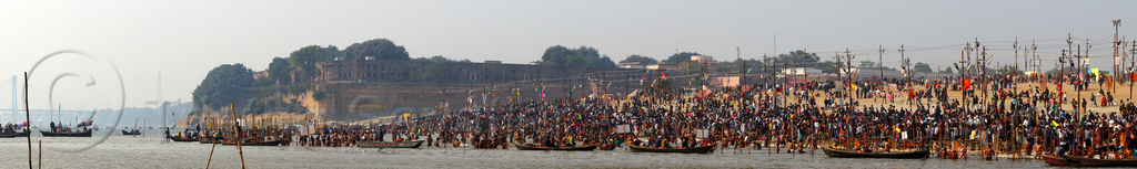 crowd of hindu pilgrims gathering at sangam for the holy bath in the ganges river at the kumbh mela (india), allahabad fort, crowd, defensive wall, fortifications, fortress, ganga, ganges river, hindu pilgrimage, hinduism, holy bath, holy dip, india, maha kumbh mela, nadi bath, panorama, paush purnima, pilgrims, rampart, river bank, river bathing, river boats, triveni sangam