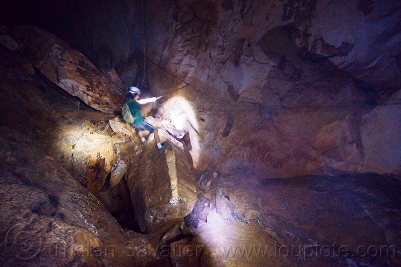 dangerous passage on natural bridge - caving in mulu - clearwater cave (borneo), caver, clearwater cave system, clearwater connection, gunung mulu, gunung mulu national park, natural cave, people, roland, spelunker, spelunking