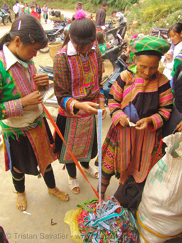 flower hmong women buying embroidered ribbons, asian woman, asian women, embroidered ribbons, flower h'mong tribe, flower hmong, hill tribes, indigenous, rubans, sapa, tribe girls