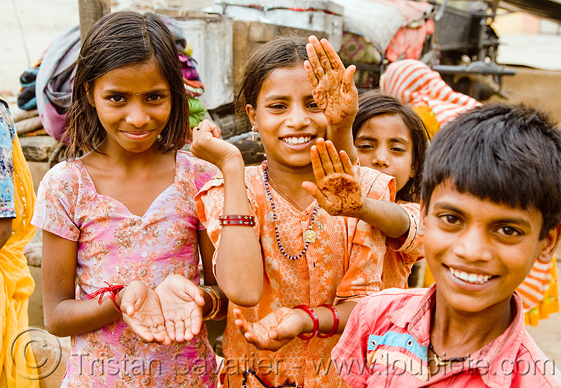 gaduliya lohars nomadic tribe kids with mehndi (india), boy, child, gadia lohars, gaduliya lohars, gipsies, girls, gypsies, hands, kids, little girl, nomadic tribe, nomads