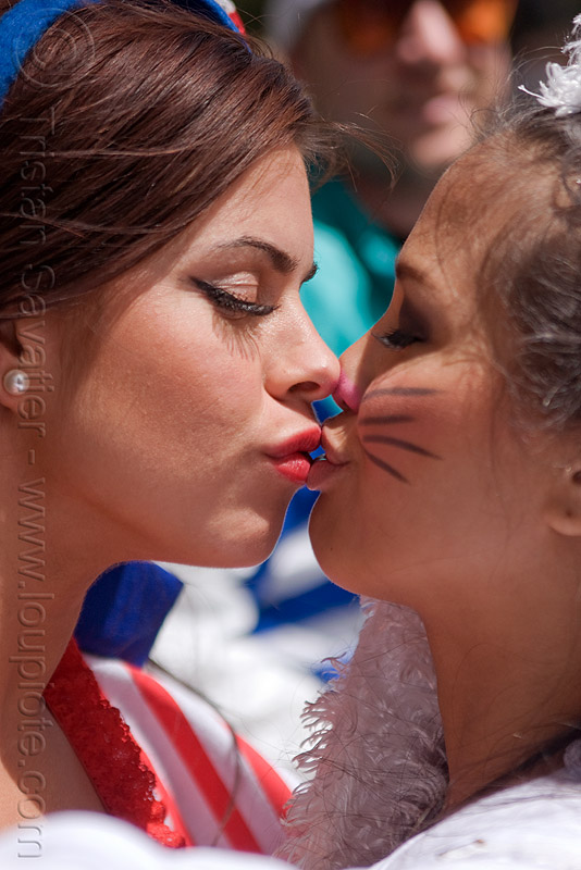 girls kissing, bay to breakers, festival, kiss, people, street party, women