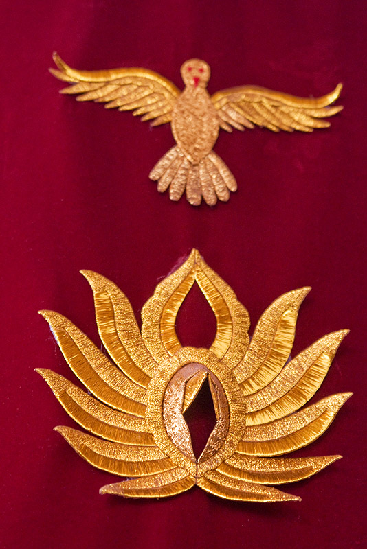 goldwork embroidery - bird and vagina symbol - church of san pedro de atacama (chile), bird, chile, embroidery, golden, goldwork, innuendo, red, religion, sacred art, san pedro de atacama, symbol, symbolism, vagina, vulva
