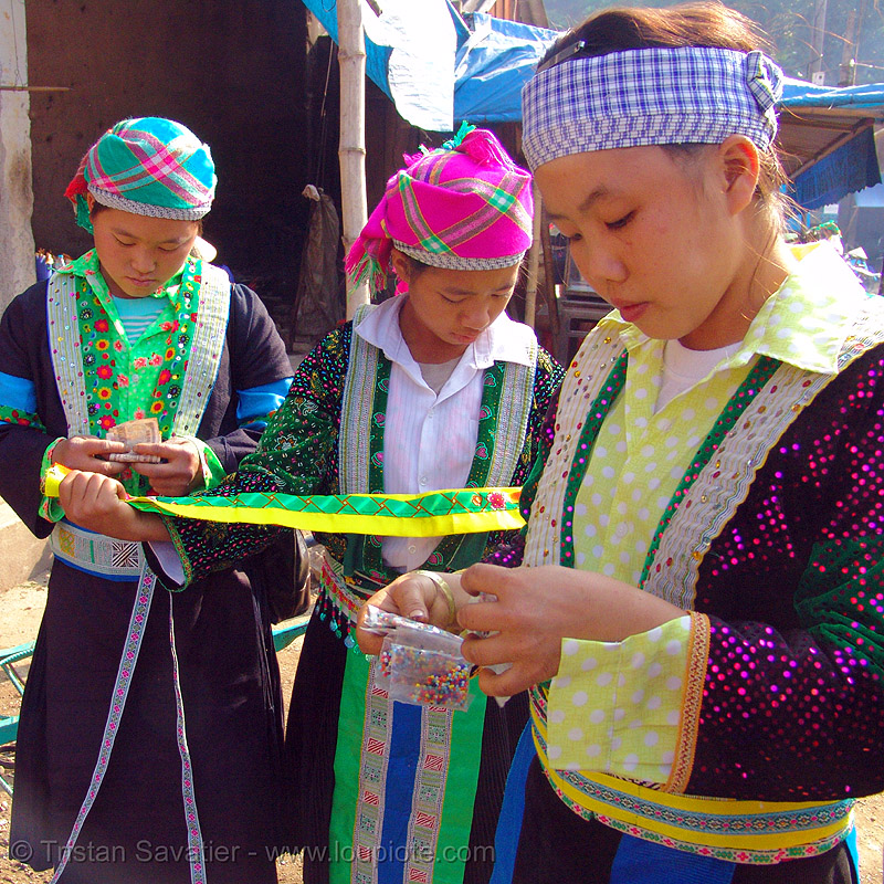 green h'mong tribe girls shopping for rubans and perls - vietnam, asian woman, asian women, bảo lạc, green h'mong tribe, green miao, hill tribes, hmong njua, indigenous, mong njua, tribe girls