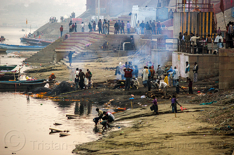 harishchandra burning ghat - varanasi (india), burning ghat, cremation ghats, crowd, dead, fire, funeral pyre, ganga, ganges river, harishchandra ghat, hindu, hinduism, india, river bank, river boats, smoke, smoking, varanasi