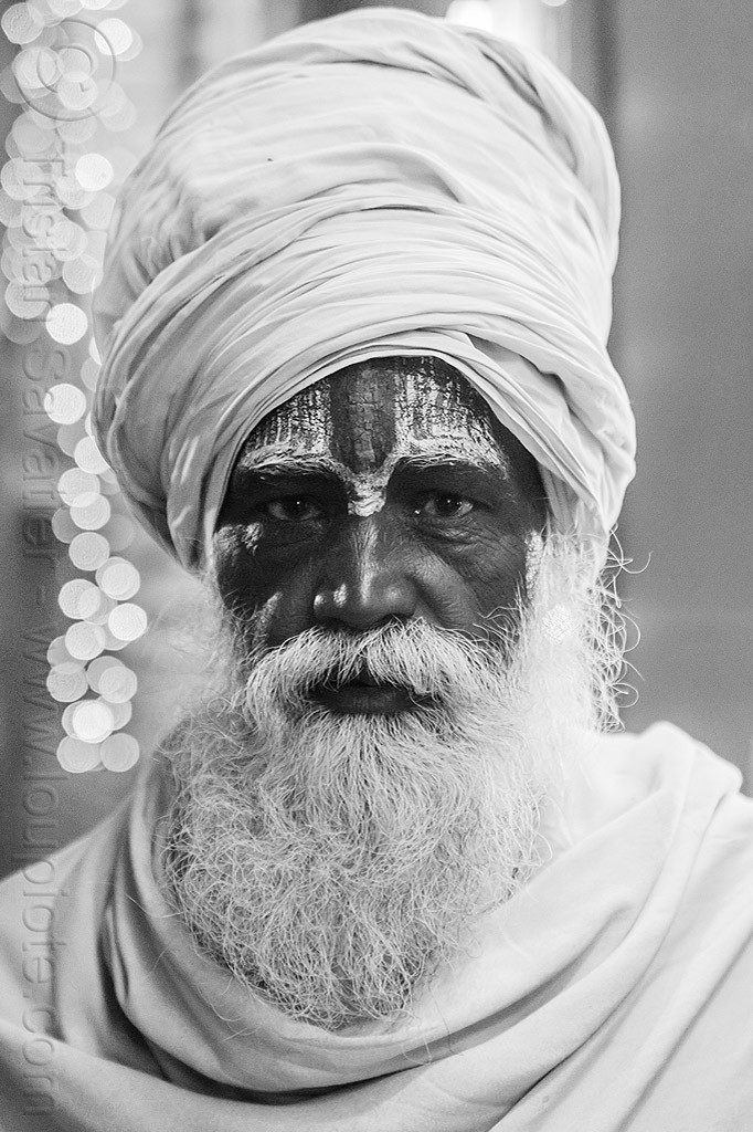 hindu baba with white beard, tilaka and white turban, headdress, hindu pilgrimage, hinduism, india, maha kumbh mela, night, old man, pilgrim, tilak, turban, white beard