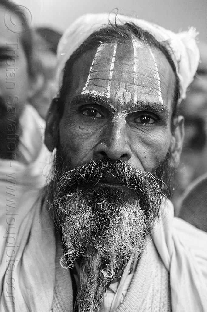 hindu man with large tilaka and beard, beard, headdress, headwear, hindu, hinduism, kumbha mela, maha kumbh mela, night, old man, pilgrim, tilak, tilaka, yatri
