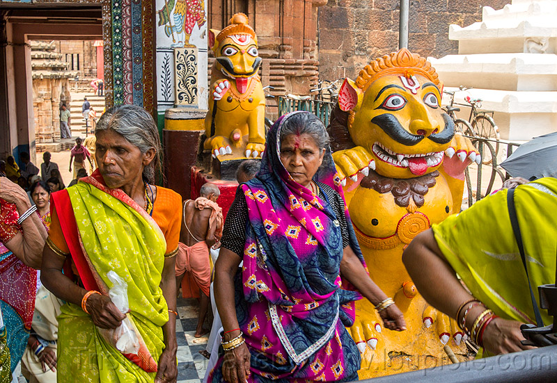 hindu pilgrims at lingaraja temple - bhubaneswar (india), hindu temple, hinduism, lingaraj temple, sticking out tongue, sticking tongue out, tilak, tilaka, women