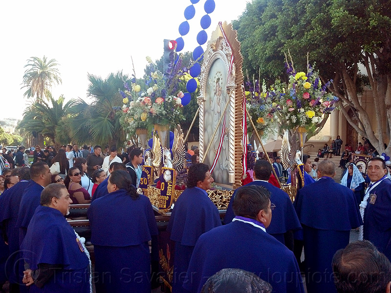 holy image of virgin mary and jesus infant at catholic procession (san francisco), balloon string, blue balloons, crowd, float, lord of miracles, parade, paso de cristo, peruvians, portador, portadores, sacred art, señor de los milagros