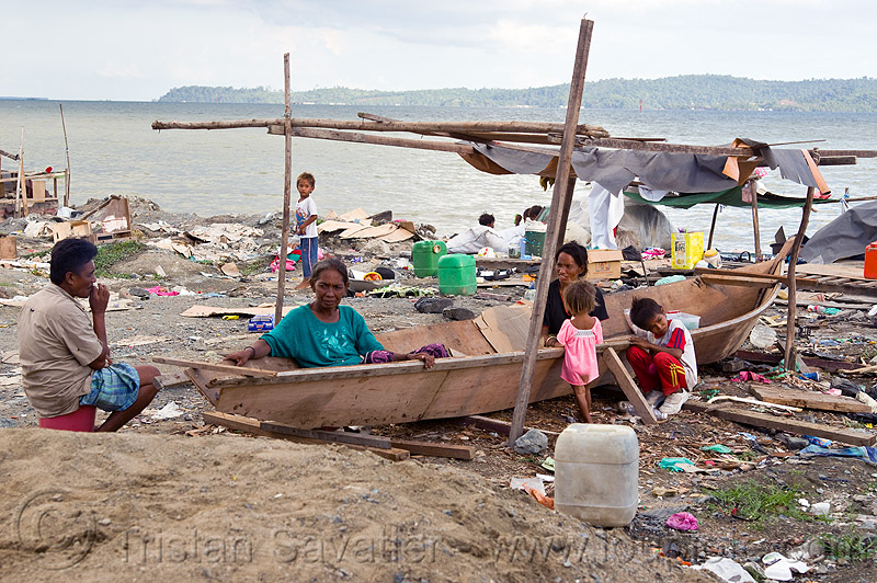 homeless living on boats, boats, chid, children, encampment, garbage, homeless camp, kids, lahad datu, ocean, poor, rubbish, sea, seashore, shore, small boat, trash, wasteland