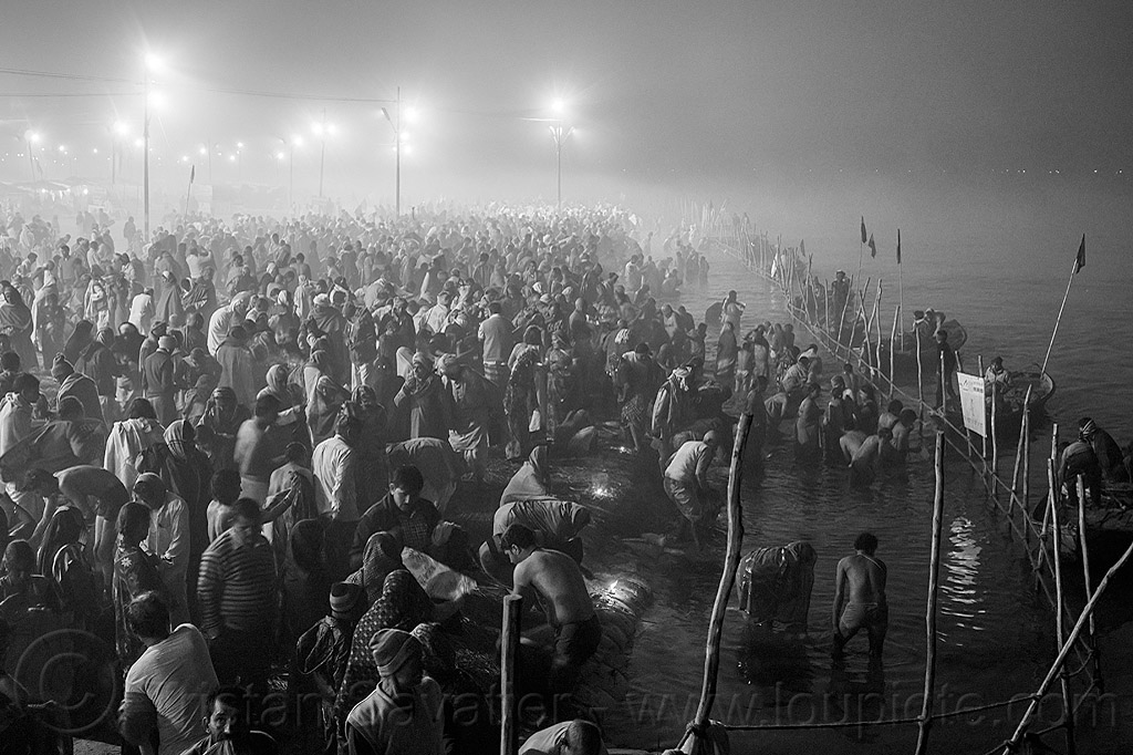 huge crowd of hindu pilgrims taking holy bath in the ganges river at night - kumbh mela (india), crowd, fence, ganga, ganges river, hindu pilgrimage, hinduism, holy bath, holy dip, india, kumbh maha snan, maha kumbh mela, mauni amavasya, nadi bath, night, river bank, river bathing, river boats, triveni sangam