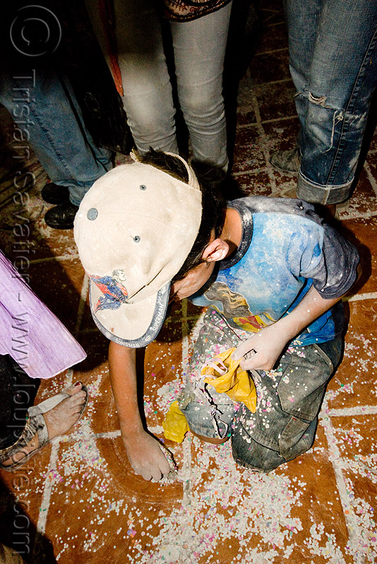 kid recycling confetti's, andean carnival, boy, cap, carnaval, child, confetti's, floor, ground, kid, noroeste argentino, quebrada de humahuaca, recycling