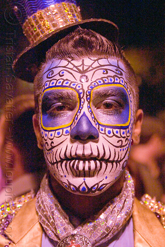 man with blue sugar skull makeup - Día de los muertos - halloween (san francisco), cabaret hat, day of the dead, dia de los muertos, face painting, facepaint, glitter, glittery, halloween, man, night, small hat, sugar skull makeup, suliman nawid
