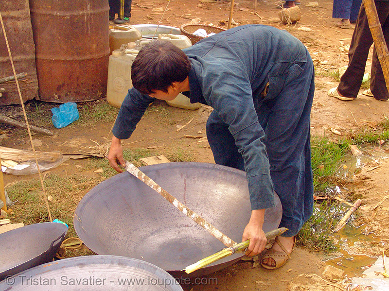 measuring a wok at the market - vietnam, hill tribes, indigenous, man, mèo vạc, street market