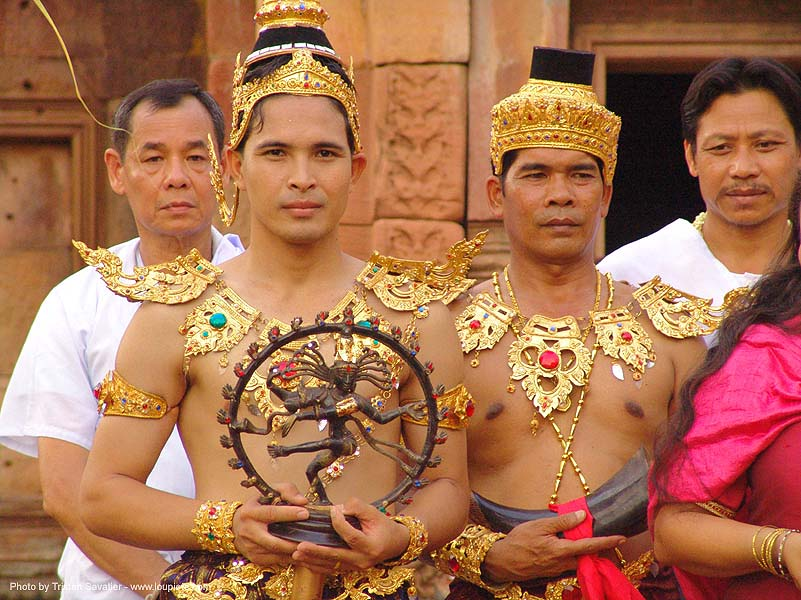 men in traditional royal thai costumes - ปราสาทหินพนมรุ้ง - phanom rung festival - thailand, golden, headdress, headdresses, men, performers, phanom rung festival, princes, royal, traditional costumes, ประเทศไทย, ปราสาทหินพนมรุ้ง