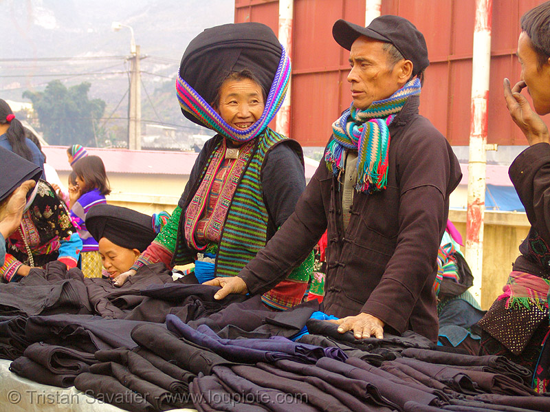 mien yao/dao tribe couple selling cloth at the market - vietnam, asian woman, dao, dzao tribe, hats, headdress, hill tribes, indigenous, man, mature woman, mien yao tribe, mèo vạc, old, vietnam