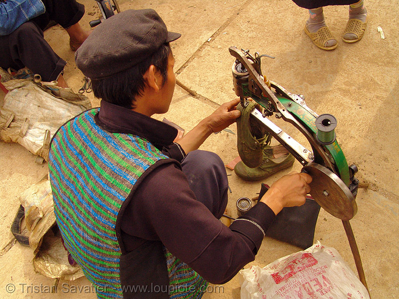 mien yao/dao tribe shoemaker fixing a shoe - 縫紉機 - 缝纫机 - Máy may công nghiệp - sewing machine - vietnam, crank sewing machine, dzao, dzao tribe, hill tribes, indigenous, man, market, mien dao tribe, mien yao tribe, máy may công nghiệp, mèo vạc, people, repairing, shoe machine, zao tribe, 縫紉機, 缝纫机