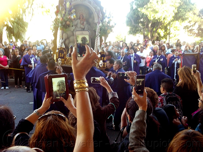 mobile photo sharing at catholic procession, cameras, cellphones, crowd, float, lord of miracles, madonna, mobile phones, mobiles, painting, parade, paso de cristo, peruvians, sacred art, señor de los milagros, sharing, social media, taking photos, virgen, virgin mary