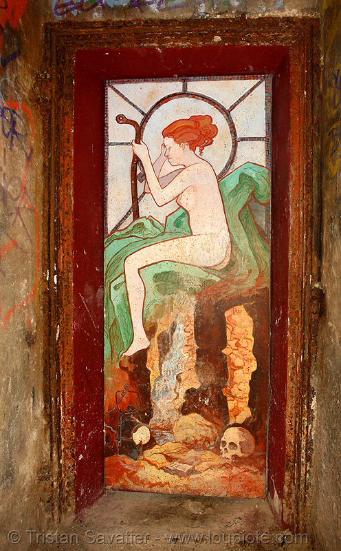 mucha-style graffiti painting on door, near the FFI shelter - catacombes de paris - catacombs of paris (off-limit area), abri ffi, art nouveau, catacombs of paris, cave, denfert-rochereau, door, graffiti, jugendstil, marteau d'égoutier, mucha, painting, plaque soleil, skull, street art, tampon de regard, trespassing, underground quarry, woman