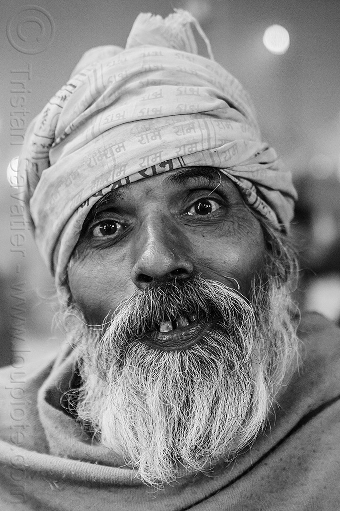 old hindu pilgrim at kumbh mela 2013 (india), headdress, hindu pilgrimage, hinduism, india, maha kumbh mela, night, old man, pilgrim, turban, white beard