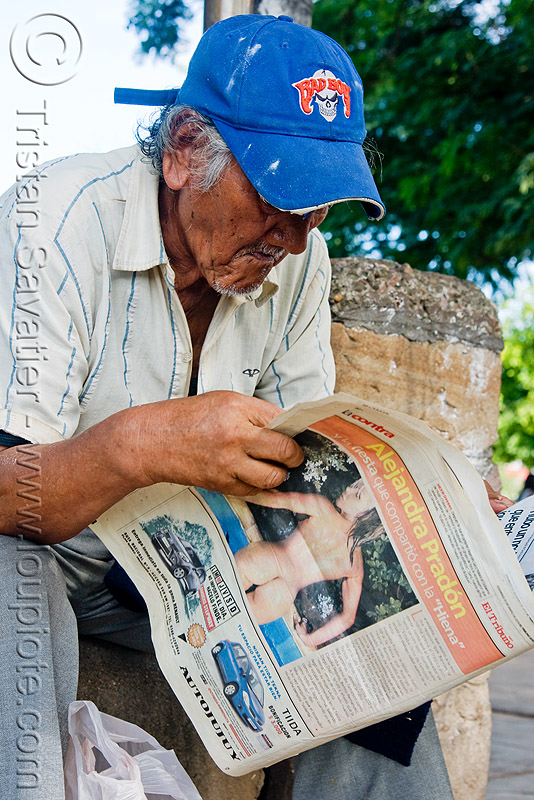 old man reading newspaper - alejandra pradón - jujuy capital (argentina), alejandra pradón, jujuy capital, la contra, newspaper, noroeste argentino, old man, reading, san salvador de jujuy