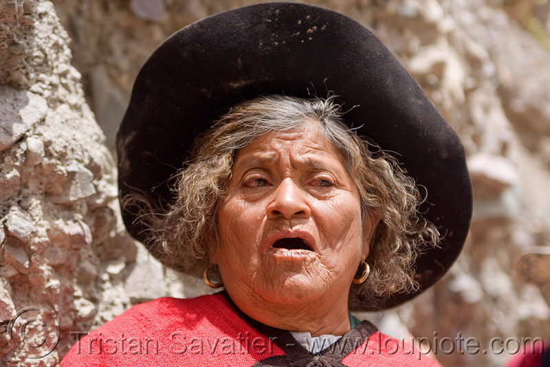 old woman singing (argentina), argentina, black hat, indigenous, iruya, noroeste argentino, old woman, quebrada de humahuaca, quechua, red, san isidro, singing