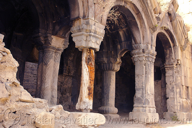 oshki monastery - stolen pillar - georgian church ruin (turkey), byzantine, columns, georgian church, makeshift, orthodox christian, oshki monastery, pillars, religion, ruins, support, tree trunk, vaults, öşk, öşkvank