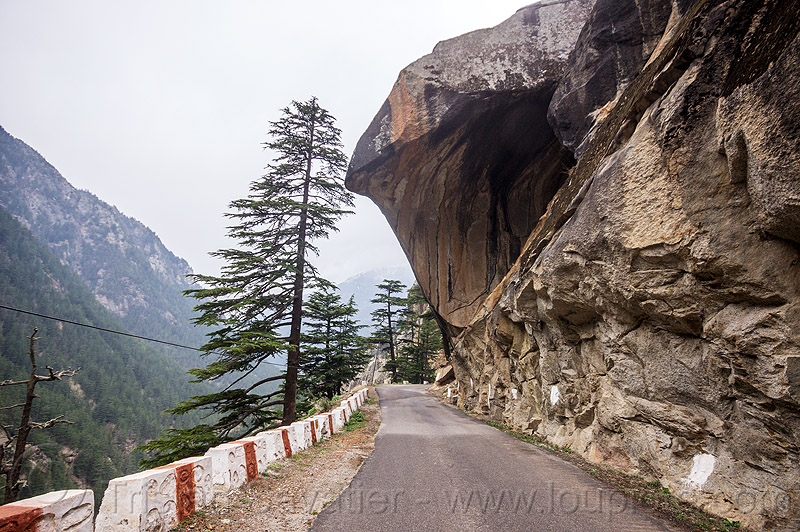 overhanging rock on mountain road to gangotri (india), bhagirathi valley, boulder, india, mountain road, mountains, overhanging rock
