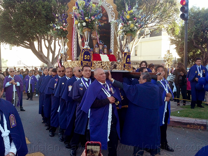 portadores carrying a holy image of señor de los milagros, crowd, float, lord of miracles, parade, paso de cristo, peruvians, portador, portadores, procesión, procession, religion, sacred art, señor de los milagros, street