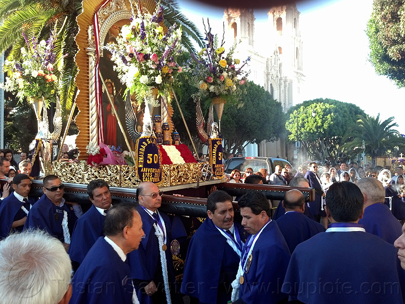 portadores carrying the paso del señor de los milagros, church, crowd, float, lord of miracles, mission dolores, mission san francisco de asís, parade, paso de cristo, peruvians, portador, portadores, procesión, procession, religion, sacred art, señor de los milagros, street