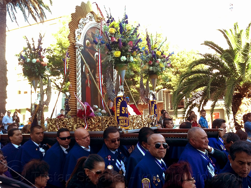 portadores carrying the paso del señor de los milagros (san francisco), crowd, float, lord of miracles, parade, paso de cristo, peruvians, portador, portadores, procesión, procession, religion, sacred art, señor de los milagros, street
