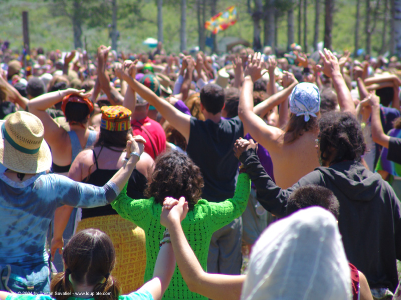 rainbow-peace-chain - rainbow gathering - hippie, crowd, hippie, peace circle, rainbow family, rainbow gathering
