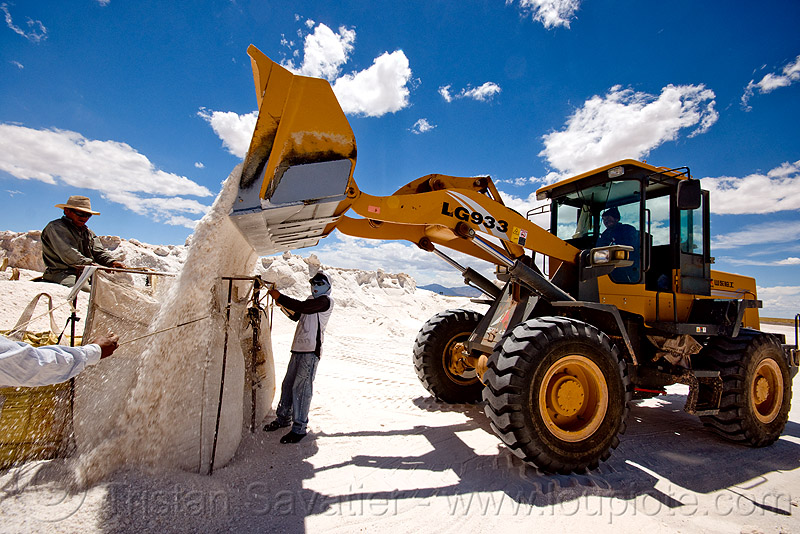 rock salt mining - wheel loader LG 933, at work, blue sky, exploitation, front loader, halite, heavy equipment, hydraulic, industrial bags, jujuy, lg 933, noroeste argentino, rock salt, sacks, salar, salinas grandes, salt bags, salt bed, salt flats, salt lake, salt mine, salt mining, sdlg, shandong lingong construction machinery co, wheel loader, wheeled, white, workers, working, 山东临工, 山东临工工程机械有限公司