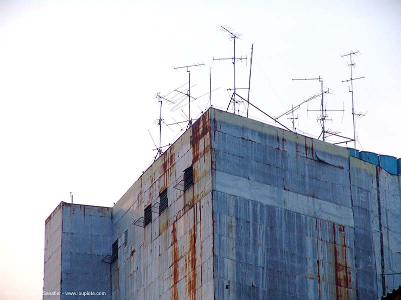 rusty building - TV antennas - bangkok - thailand, bangkok, rusted building, rusty, thailand, tv antennas, บางกอก