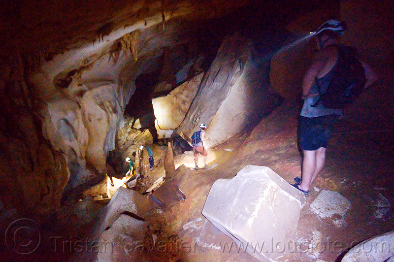 scrambling around big blocks - clearwater cave - mulu (borneo), cavers, caving, clearwater cave system, clearwater connection, gunung mulu, gunung mulu national park, knotted rope, natural cave, people, roland, spelunkers, spelunking