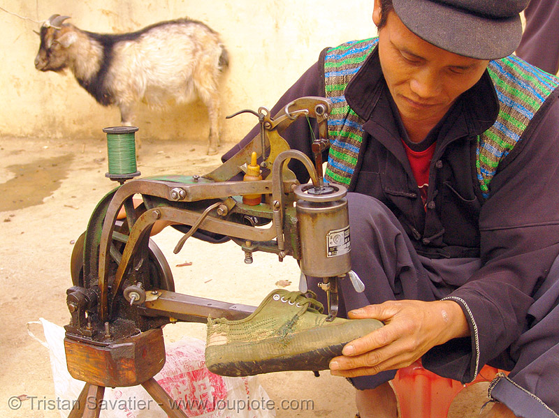 shoemaker repairing shoe, crank sewing machine, dao, dao tribe, dzao, dzao tribe, fixing, hill tribes, indigenous, man, market, mien dao tribe, mien yao tribe, máy may công nghiệp, mèo vạc, people, shoe machine, zao tribe, 縫紉機, 缝纫机