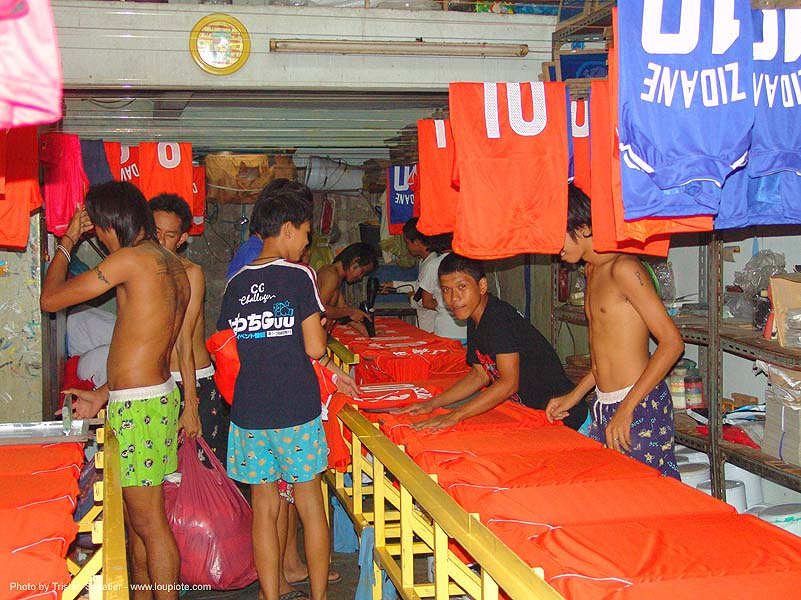 silkscreen T-shirt workshop - thailand, 10, bangkok, child, child labor, kid, men, people, screen printing, silk screen printing, sweatshop, t-shirts, zidane, บางกอก, ประเทศไทย