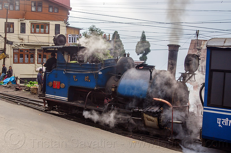 steam locomotive pulling train - darjeeling (india), 791, darjeeling himalayan railway, darjeeling toy train, india, narrow gauge, railroad, smoke, smoking, steam engine, steam locomotive, steam train engine