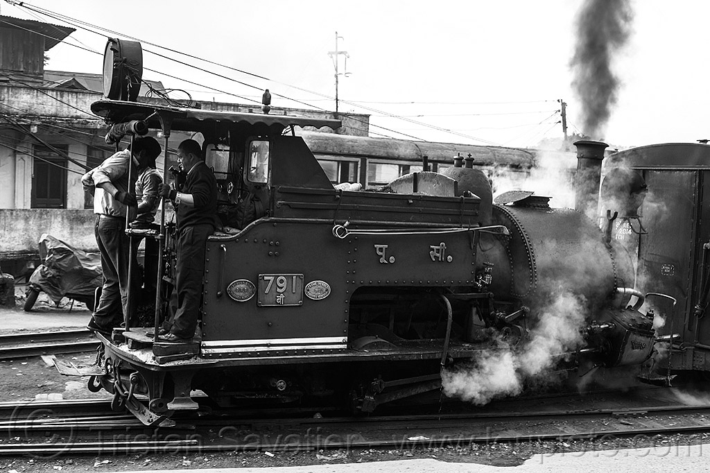 steam locomotive pulling train - darjeeling (india), 791, darjeeling himalayan railway, darjeeling toy train, drivers, men, narrow gauge, operators, railroad, smoke, smoking, steam engine, steam locomotive, steam train engine, workers