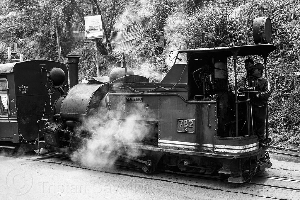 steam locomotive pulling train - darjeeling (india), 782 mountaineer, darjeeling himalayan railway, darjeeling toy train, india, men, narrow gauge, operator, railroad, smoke, smoking, steam engine, steam locomotive, steam train engine