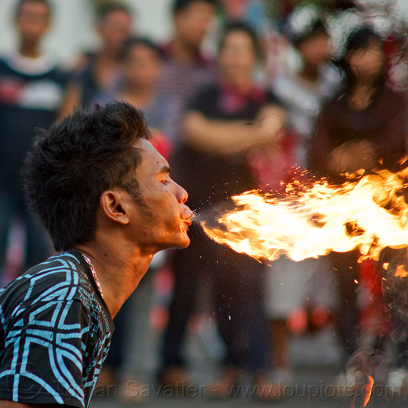 fire spitting, crowd, eid ul-fitr, fatahillah square, fire breather, fire breathing, fire performer, flame, jakarta, java, spectators, spitting fire, street performer, taman fatahillah